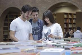 Estudiantes en la Biblioteca de la Universidad