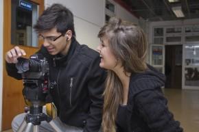 Estudiantes de Diseño explorando el equipamiento